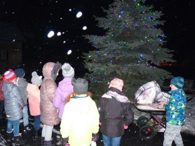 Adventní tvoření pořádané SDM + rozsvěcování vánočního stromku a zpívání koled. Foto P. Škorpík