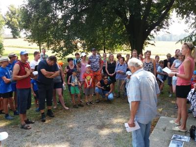 Putování hasičů, hasiček a obyvatel okrsku Velká Losenice                 od Žižkovy mohyly ke zvonu v Malé Losenici.