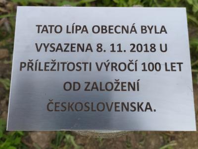 K lípám, které byly vysázeny k založení  Československa a jeho 50. a 100. výročí od založení, jsme umístili cedulky s daty vysázení.